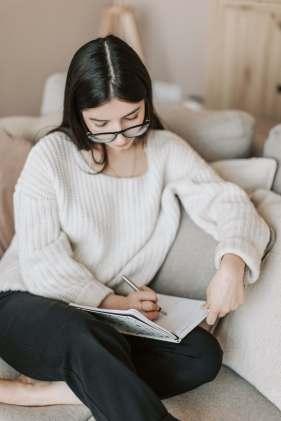 pexels-vlada-karpovich-Girl diarying